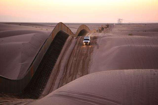 Algodones-Sand-Dunes-Curvy-Border-Fence